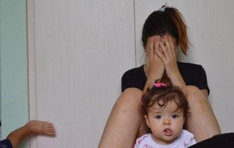 泣いている母と娘