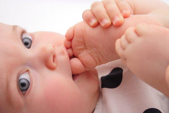 裸足の赤ちゃんはハッピーで賢い?