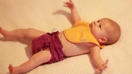 赤ちゃんのモロー反射