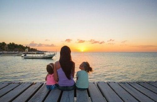 夕陽を見る娘と母