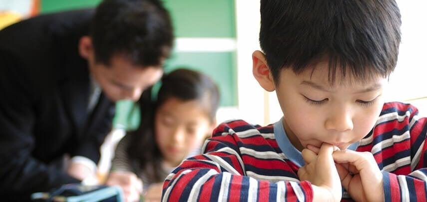 学校で学ぶ日本の子供