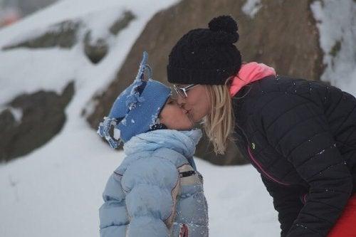 キスをする母と娘