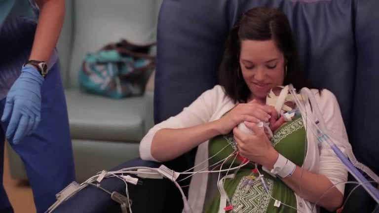 愛情が未熟児を強くすることを証明したビデオ