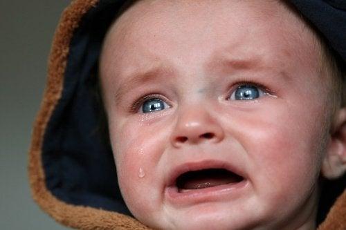 泣いている青い目の赤ちゃん