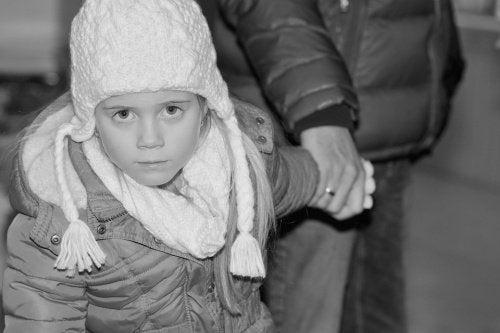 冬のコートを着た子ども