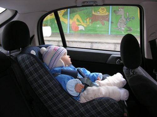 コートを着せたまま子どもを車に乗せてはいけない?