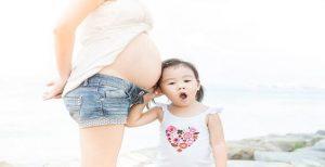 娘の近くに立つ妊婦