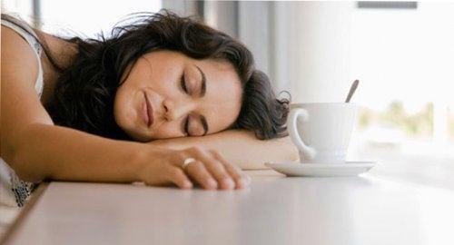 朝にコーヒーを飲む疲れた母親