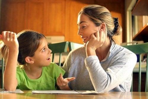 母と娘が一緒に宿題をしている