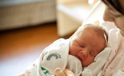 母親が抱く前に新生児を抱いてはいけない