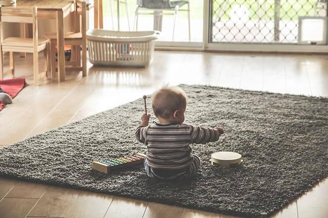 赤ちゃんがなんでもかんでも床に放り投げる理由