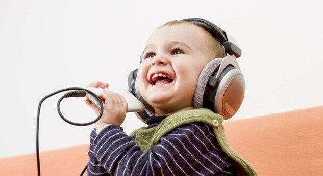 音楽を聞く子ども