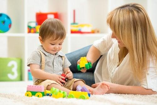 母親と遊ぶ子ども