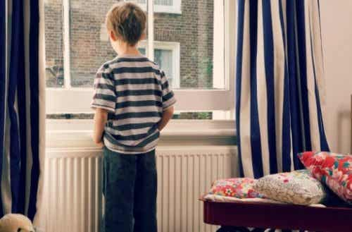 カギっこ:子どもをひとりぼっちで家に残すことの問題