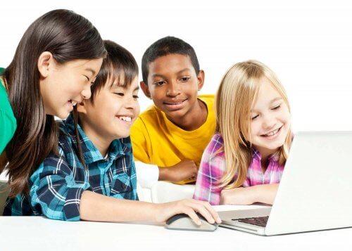 パソコンを見つめる子どもたち