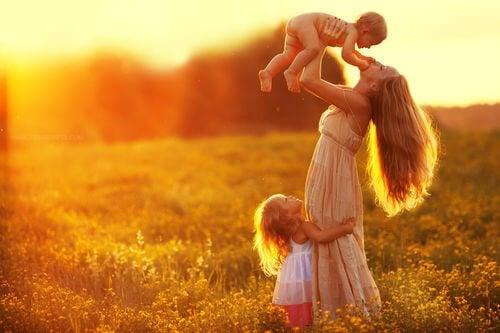 子どもを抱き上げるお母さん