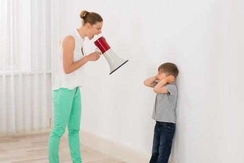 子どもに怒鳴ることの影響