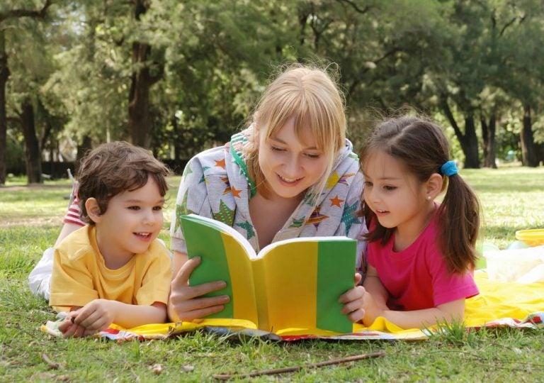 子どもと読書する母親