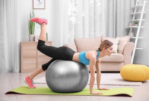 運動をする妊婦