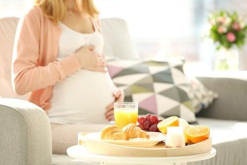 妊娠中に食べてはいけない8つの食品