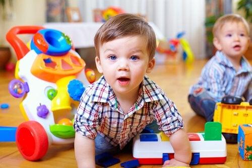 赤ちゃんの運動技能を刺激する方法