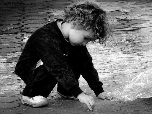 自閉症の可能性がある子どもの行動とは?