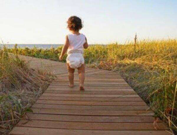 お子さんが歩き方を学ぶのに役立つ3つのエクササイズ