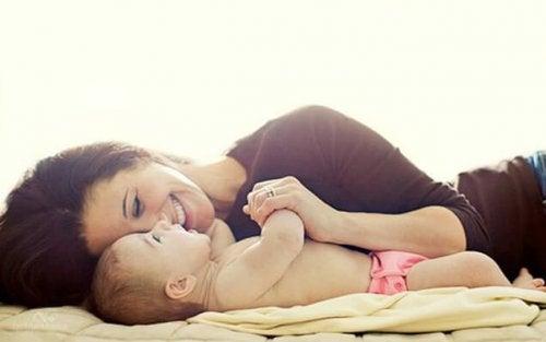 お母さんと赤ちゃん 笑顔 あなたを見た瞬間