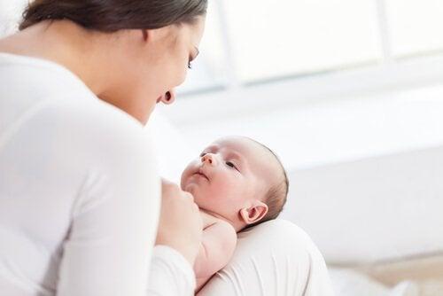 刺激を与えて赤ちゃんの発達を助けましょう