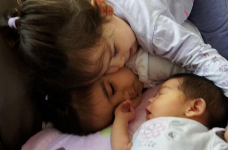 子供たちに赤ちゃんへの嫉妬を克服させる方法