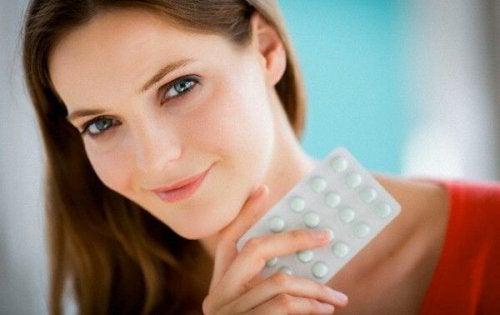 錠剤を首元に見せる女性