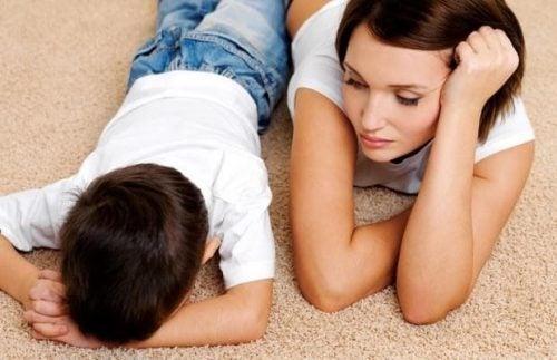 怒っている子どもを落ち着かせるシンプルな質問
