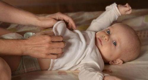 おむつ替えのために子どもを起こすべき?