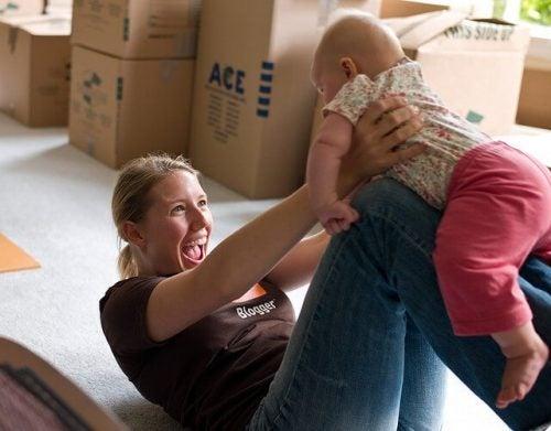 赤ちゃんと遊ぶことで刺激を与える