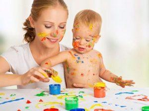 絵の具で遊ぶ母子