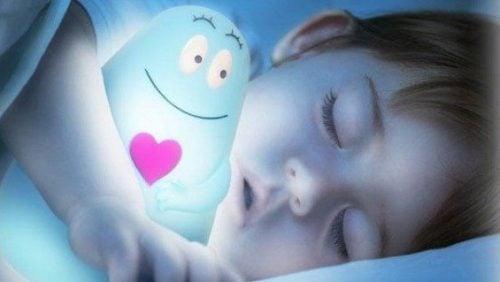 子供が寝る時はなぜ暗くした方がいいの?