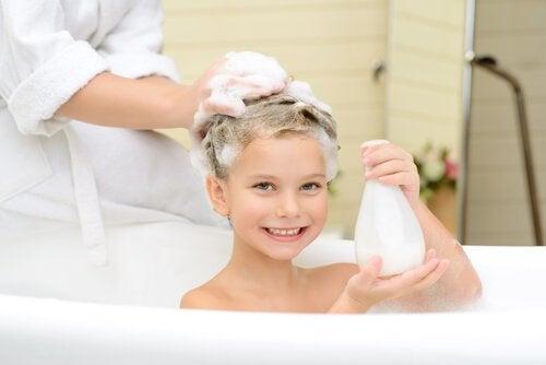 洗髪してもらう子供