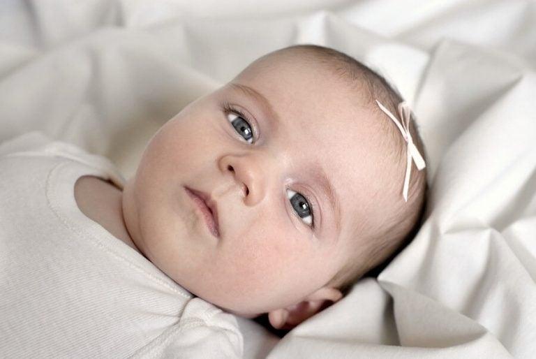 新生児の目の色がグレーなのはなぜ?