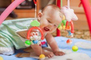 プレイマットで遊ぶ赤ちゃん