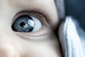 赤ちゃんのグレーの瞳