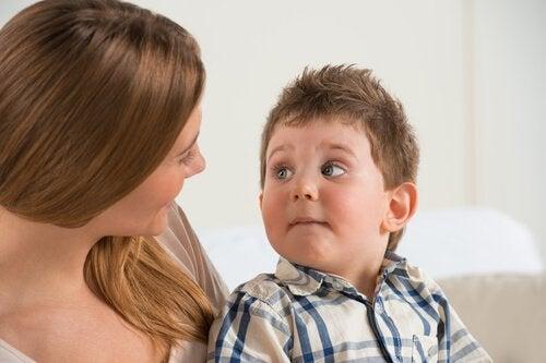 母親の目を見つめる男の子