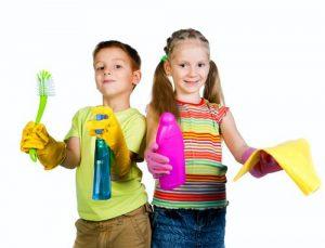 掃除道具を持つ子供たち