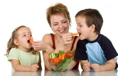 野菜を食べる子供とお母さん