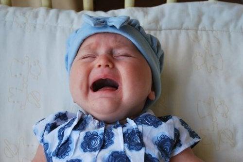 ベッドで泣き叫ぶ赤ちゃん