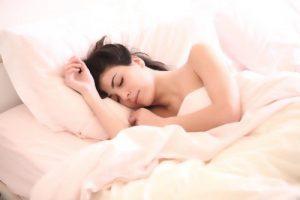 横向きに眠る女性