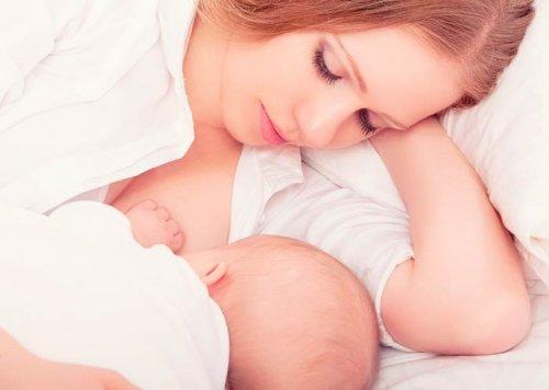 ベッドで授乳する母親