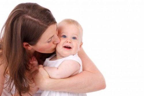 赤ちゃんを沢山抱いてあげるのはなぜ大事なのでしょう?:愛着理論