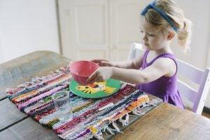 女の子と食器