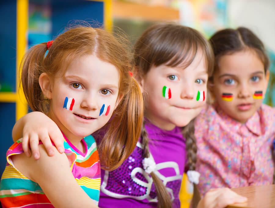 顔に国旗を描いた子供たち