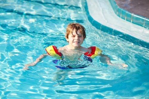 子供に泳ぎを教える7つのコツ
